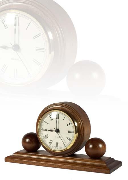 Asztali óra dió színben, gömbökkel, MC100
