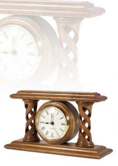 Asztali óra lyukas közepű díszoszlopokkal, MC260